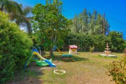 Детская площадка. Кипр, Аргака : Очаровательная вилла с видом на залив Chrysochous Bay, с 3-мя спальнями, с бассейном с подогревом, бильярдом, тенистой террасой с патио и барбекю, расположена в 120 метрах от пляжа Argaka Beach