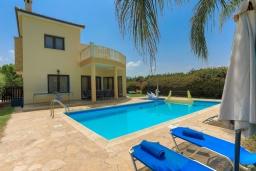 Вид на виллу/дом снаружи. Кипр, Аргака : Очаровательная вилла с видом на залив Chrysochous Bay, с 3-мя спальнями, с бассейном с подогревом, бильярдом, тенистой террасой с патио и барбекю, расположена в 120 метрах от пляжа Argaka Beach
