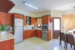 Кухня. Кипр, Аргака : Очаровательная вилла с видом на залив Chrysochous Bay, с 3-мя спальнями, с бассейном с подогревом, бильярдом, тенистой террасой с патио и барбекю, расположена в 120 метрах от пляжа Argaka Beach