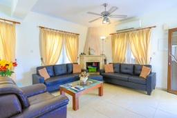 Гостиная. Кипр, Аргака : Очаровательная вилла с видом на залив Chrysochous Bay, с 3-мя спальнями, с бассейном с подогревом, бильярдом, тенистой террасой с патио и барбекю, расположена в 120 метрах от пляжа Argaka Beach