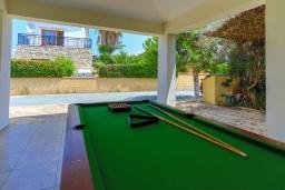 Развлечения и отдых на вилле. Кипр, Аргака : Очаровательная вилла с видом на залив Chrysochous Bay, с 3-мя спальнями, с бассейном с подогревом, бильярдом, тенистой террасой с патио и барбекю, расположена в 120 метрах от пляжа Argaka Beach