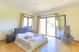 Спальня. Кипр, Каппарис : Шикарная вилла с панорамным видом на море, с 4-мя спальнями, с бассейном и джакузи, солнечной террасой с патио и традиционной кипрской печью, расположена в идиллическом месте рядом с пляжем Malama Beach