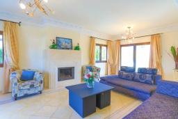 Гостиная. Кипр, Каппарис : Шикарная вилла с панорамным видом на море, с 4-мя спальнями, с бассейном и джакузи, солнечной террасой с патио и традиционной кипрской печью, расположена в идиллическом месте рядом с пляжем Malama Beach