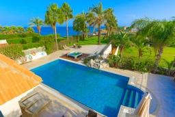 Бассейн. Кипр, Каппарис : Шикарная вилла с панорамным видом на море, с 4-мя спальнями, с бассейном и джакузи, солнечной террасой с патио и традиционной кипрской печью, расположена в идиллическом месте рядом с пляжем Malama Beach