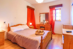 Спальня. Кипр, Друсхия : Каменный дом с 3-мя спальнями, солнечной террасой с патио и барбекю, в окружении зелёного сада, расположен на окраине традиционной деревни Droushia