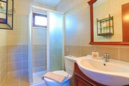 Ванная комната. Кипр, Друсхия : Каменный дом с 3-мя спальнями, солнечной террасой с патио и барбекю, в окружении зелёного сада, расположен на окраине традиционной деревни Droushia