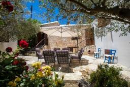 Терраса. Кипр, Друсхия : Каменный дом с 3-мя спальнями, солнечной террасой с патио и барбекю, в окружении зелёного сада, расположен на окраине традиционной деревни Droushia