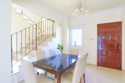 Обеденная зона. Кипр, Каппарис : Очаровательная вилла с 3-мя спальнями, с бассейном, солнечной террасой с патио и барбекю, расположена в 300 метрах от пляжа Malama Beach