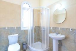 Ванная комната. Кипр, Каппарис : Очаровательная вилла с 3-мя спальнями, с бассейном, солнечной террасой с патио и барбекю, расположена в 300 метрах от пляжа Malama Beach