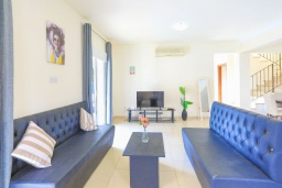 Гостиная. Кипр, Каппарис : Очаровательная вилла с 3-мя спальнями, с бассейном, солнечной террасой с патио и барбекю, расположена в 300 метрах от пляжа Malama Beach