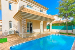Вид на виллу/дом снаружи. Кипр, Каппарис : Очаровательная вилла с 3-мя спальнями, с бассейном, солнечной террасой с патио и барбекю, расположена в 300 метрах от пляжа Malama Beach