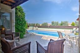 Терраса. Кипр, Полис город : Великолепная вилла в окружении зелёного сада, с 3-мя спальнями, с бассейном, тенистой террасой с патио и каменным барбекю, расположена