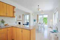 Кухня. Кипр, Полис город : Великолепная вилла в окружении зелёного сада, с 3-мя спальнями, с бассейном, тенистой террасой с патио и каменным барбекю, расположена