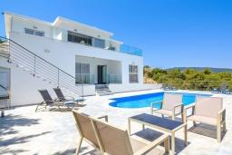 Вид на виллу/дом снаружи. Кипр, Нео Хорио : Роскошная вилла с панорамным видом на залив Chryshochou и гавань Latchi, с 3-мя спальнями, с бассейном, солнечной террасой с патио и традиционным кипрским барбекю, расположена в идиллической деревне Neo Chorion