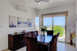 Обеденная зона. Кипр, Лачи : Превосходная вилла с террасой на крыше с видом на Средиземное море, с 3-мя спальнями, с бассейном, беседкой с уличным баром и каменным барбекю, расположена в 200 метрах от пляжа Souli Beach