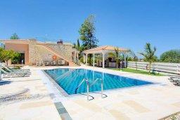Вид на виллу/дом снаружи. Кипр, Лачи : Превосходная вилла с террасой на крыше с видом на Средиземное море, с 3-мя спальнями, с бассейном, беседкой с уличным баром и каменным барбекю, расположена в 200 метрах от пляжа Souli Beach