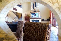 Гостиная. Кипр, Нео Хорио : Роскошная вилла с панорамным видом на море, с 4-мя спальнями, с бильярдом, бассейном, джакузи, тенистой террасой с патио и каменным барбекю, расположена в идиллической деревне Neo Chorion