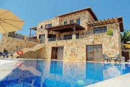 Вид на виллу/дом снаружи. Кипр, Нео Хорио : Роскошная вилла с панорамным видом на море, с 4-мя спальнями, с бильярдом, бассейном, джакузи, тенистой террасой с патио и каменным барбекю, расположена в идиллической деревне Neo Chorion