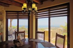 Обеденная зона. Кипр, Нео Хорио : Роскошная вилла с панорамным видом на море, с 4-мя спальнями, с бильярдом, бассейном, джакузи, тенистой террасой с патио и каменным барбекю, расположена в идиллической деревне Neo Chorion