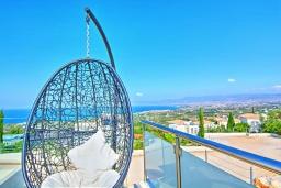 Терраса. Кипр, Нео Хорио : Впечатляющая вилла с большой террасой на крыше с захватывающим панорамным видом на море и горы, с 3-мя спальнями, с бассейном и джакузи, патио и каменным барбекю, расположена в идиллической деревне Neo Chorion