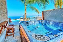 Развлечения и отдых на вилле. Кипр, Нео Хорио : Впечатляющая вилла с большой террасой на крыше с захватывающим панорамным видом на море и горы, с 3-мя спальнями, с бассейном и джакузи, патио и каменным барбекю, расположена в идиллической деревне Neo Chorion