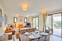 Обеденная зона. Кипр, Лачи : Потрясающая вилла с панорамным видом на море, с 3-мя спальнями, с бассейном, солнечной террасой с патио и барбекю, расположена в тихом живописном районе в Latchi