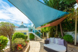 Фасад дома. Кипр, Лачи : Роскошная вилла с террасой на крыше с lounge-зоной и потрясающим видом на Средиземное море, с 3-мя спальнями, с бассейном,  расположена в 150 метрах от пляжа Souli Beach