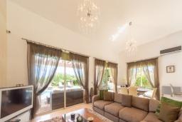 Гостиная. Кипр, Лачи : Роскошная вилла с террасой на крыше с lounge-зоной и потрясающим видом на Средиземное море, с 3-мя спальнями, с бассейном,  расположена в 150 метрах от пляжа Souli Beach