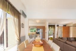 Обеденная зона. Кипр, Лачи : Роскошная вилла с террасой на крыше с lounge-зоной и потрясающим видом на Средиземное море, с 3-мя спальнями, с бассейном,  расположена в 150 метрах от пляжа Souli Beach