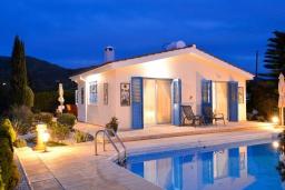 Вид на виллу/дом снаружи. Кипр, Аргака : Роскошная вилла с террасой на крыше с lounge-зоной и потрясающим видом на Средиземное море, с 2-мя спальнями, с бассейном,  расположена в 300 метрах от пляжа Argaka Beach