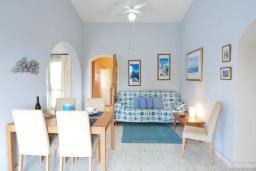 Обеденная зона. Кипр, Аргака : Роскошная вилла с террасой на крыше с lounge-зоной и потрясающим видом на Средиземное море, с 2-мя спальнями, с бассейном,  расположена в 300 метрах от пляжа Argaka Beach