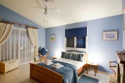 Спальня. Кипр, Аргака : Роскошная вилла с террасой на крыше с lounge-зоной и потрясающим видом на Средиземное море, с 2-мя спальнями, с бассейном,  расположена в 300 метрах от пляжа Argaka Beach