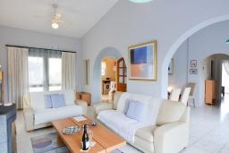 Гостиная. Кипр, Аргака : Роскошная вилла с террасой на крыше с lounge-зоной и потрясающим видом на Средиземное море, с 2-мя спальнями, с бассейном,  расположена в 300 метрах от пляжа Argaka Beach