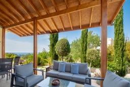 Терраса. Кипр, Аргака : Роскошная вилла с террасой на крыше с lounge-зоной и потрясающим видом на Средиземное море, с 2-мя спальнями, с бассейном,  расположена в 300 метрах от пляжа Argaka Beach