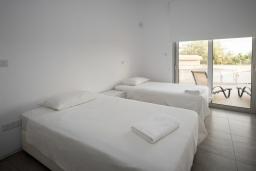Спальня 2. Кипр, Полис город : Современный таунхаус с 2-мя спальнями, с террасой на крыше с видом на горы и залив Chryshocous Bay, с бассейном и джакузи, расположен около городской площади Polis
