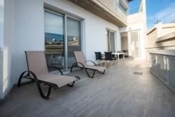 Терраса. Кипр, Полис город : Современный таунхаус с 2-мя спальнями, с террасой на крыше с видом на горы и залив Chryshocous Bay, с бассейном и джакузи, расположен около городской площади Polis