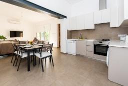 Кухня. Кипр, Полис город : Современный таунхаус с 2-мя спальнями, с тенистой террасой с патио, барбекю и джакузи, расположен в центре потрясающей деревни Polis