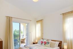 Спальня. Кипр, Нео Хорио : Очаровательная вилла в окружении пышного зелёного сада, с 3-мя спальнями, с бассейном, тенистой террасой с патио и барбекю, расположена в 350 метрах от пляжа Neo Chorio2 Beach