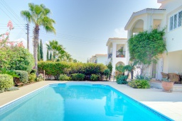 Бассейн. Кипр, Нео Хорио : Очаровательная вилла в окружении пышного зелёного сада, с 3-мя спальнями, с бассейном, тенистой террасой с патио и барбекю, расположена в 350 метрах от пляжа Neo Chorio2 Beach