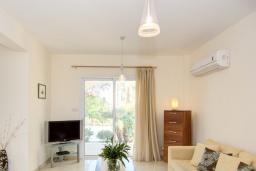 Гостиная. Кипр, Нео Хорио : Очаровательная вилла в окружении пышного зелёного сада, с 3-мя спальнями, с бассейном, тенистой террасой с патио и барбекю, расположена в 350 метрах от пляжа Neo Chorio2 Beach