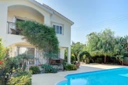 Вид на виллу/дом снаружи. Кипр, Нео Хорио : Очаровательная вилла в окружении пышного зелёного сада, с 3-мя спальнями, с бассейном, тенистой террасой с патио и барбекю, расположена в 350 метрах от пляжа Neo Chorio2 Beach