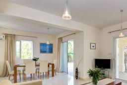 Обеденная зона. Кипр, Нео Хорио : Очаровательная вилла в окружении пышного зелёного сада, с 3-мя спальнями, с бассейном, тенистой террасой с патио и барбекю, расположена в 350 метрах от пляжа Neo Chorio2 Beach