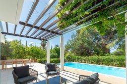 Терраса. Кипр, Лачи : Шикарная вилла в окружении пышного зелёного сада, с 3-мя спальнями, с бассейном, тенистой террасой с патио и традиционным кипрским барбекю, расположена в 200 метрах от пляжа Yiannakis Beach