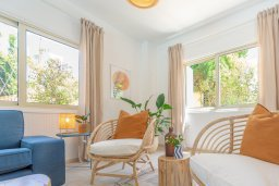 Гостиная. Кипр, Лачи : Шикарная вилла в окружении пышного зелёного сада, с 3-мя спальнями, с бассейном, тенистой террасой с патио и традиционным кипрским барбекю, расположена в 200 метрах от пляжа Yiannakis Beach