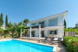 Вид на виллу/дом снаружи. Кипр, Лачи : Шикарная вилла в окружении пышного зелёного сада, с 3-мя спальнями, с бассейном, тенистой террасой с патио и традиционным кипрским барбекю, расположена в 200 метрах от пляжа Yiannakis Beach