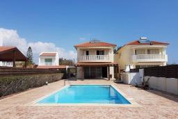 Вид на виллу/дом снаружи. Кипр, Перволия : Вилла на берегу моря с панорамным видом, с 4-мя спальнями, 4-мя ванными комнатами, с бассейном, солнечной террасой и каменным барбекю