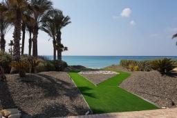 Территория. Кипр, Перволия : Вилла на берегу моря с панорамным видом, с 4-мя спальнями, 4-мя ванными комнатами, с бассейном, солнечной террасой и каменным барбекю