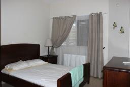 Спальня. Кипр, Перволия : Вилла на берегу моря с панорамным видом, с 4-мя спальнями, 4-мя ванными комнатами, с бассейном, солнечной террасой и каменным барбекю