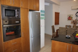 Кухня. Кипр, Перволия : Вилла на берегу моря с панорамным видом, с 4-мя спальнями, 4-мя ванными комнатами, с бассейном, солнечной террасой и каменным барбекю