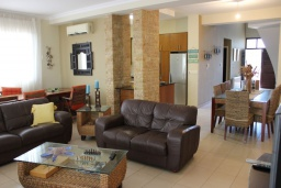 Гостиная. Кипр, Перволия : Вилла на берегу моря с панорамным видом, с 4-мя спальнями, 4-мя ванными комнатами, с бассейном, солнечной террасой и каменным барбекю
